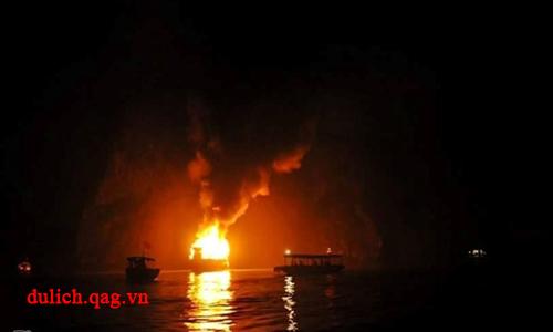 Du thuyền vịnh Hạ Long 3 sao chở khách nước ngoài cháy rụi hoàn toàn